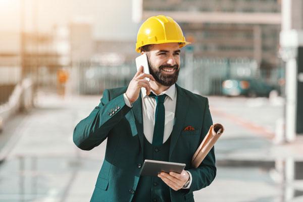 Homme avec un casque qui parle au téléphone